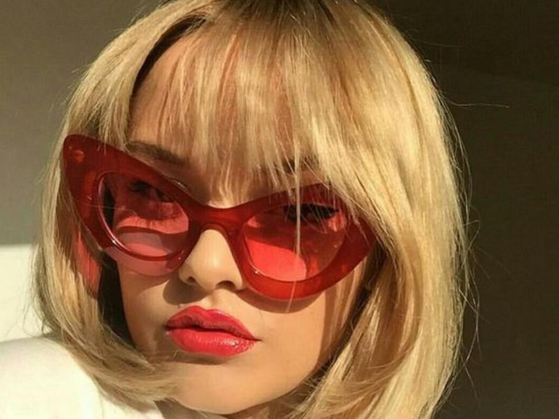 óculos vermelhos