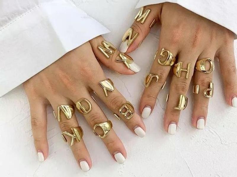 anel com formato de letras